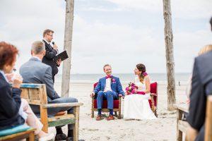 Hallo Stefan, es hat eine Weile gedauert, aber nun haben wir endlich die Fotos bekommen! Es ist so schön, diese durchzugehen und an unseren perfekten Hochzeitstag am Strand zurückzudenken. Auch deine Rede ist uns in toller Erinnerung und wir waren durch und durch zufrieden mit unserer Zeremonie, es gibt nichts, das wir ändern würden - außer vielleicht den Wind etwas frühzeitiger nachgeben zu lassen... :-) Viele Grüße, Katharina und Arnold