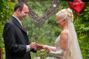 Lieber Stefan! Die Erneuerung unseres Eheversprechens nach 11 Jahren war einfach ein traumhaft schöner Tag. Wie im Märchen. Wir sind froh einen freien Theologen gehabt zu haben, denn dadurch wurde unsere Trauung zu einem einzigartigen Erlebnis. Deine Rede war einfach schön und passte zu uns. Wir haben uns gefühlt, als ob wir zum ersten Mal geheiratet haben. Das Gefühl unserer Liebe war wie bei unserer 1.Hochzeit. Du hast uns super begleitet bei den Vorgesprächen und die Zeremonie echt toll gehalten. Danke dafür. Wir können dich echt weiterempfehlen. Für unsere Kinder war dieser Tag auch ein ganz besonderes Erlebnis. Wir können jedem Brautpaar eine freie Trauung absolut nur empfehlen und auch nach Jahren nochmal sein Eheversprechen zu erneuern. Liebe Grüsse Sabrina und Robert